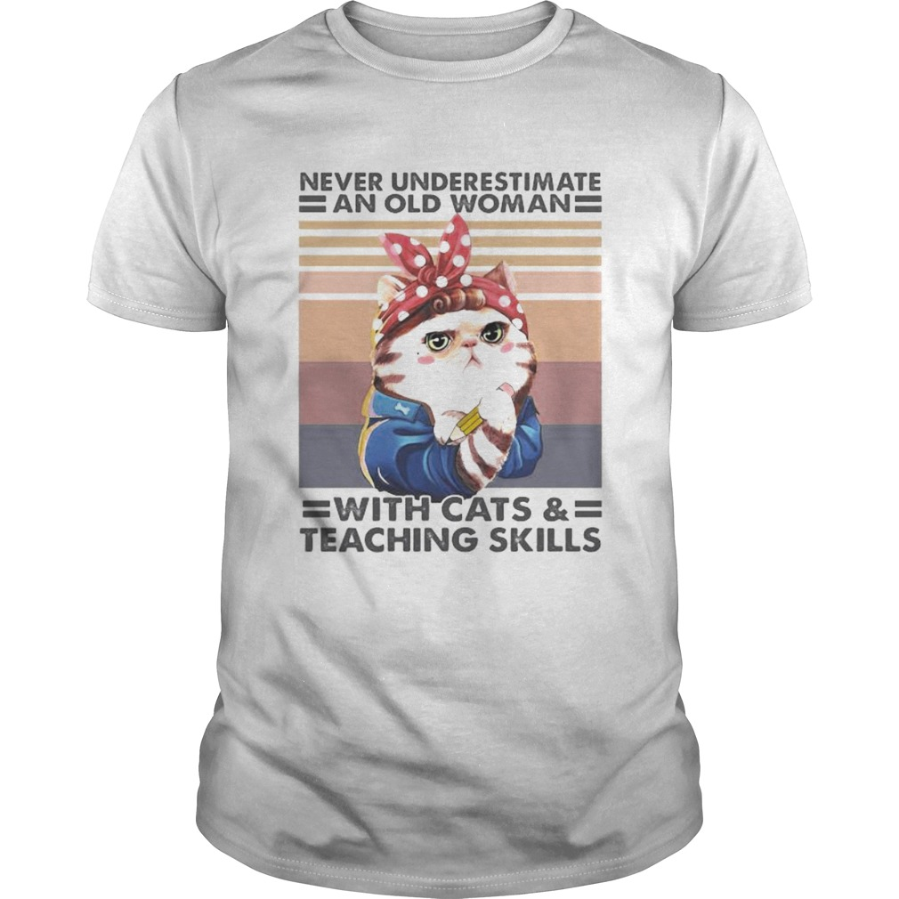 Never underestimate an old woman with cats and teaching skills vintage retro Unisex